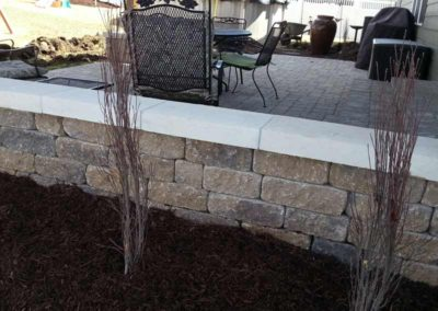stone-paved-patio-with-custom-capped-retaining-wall-004